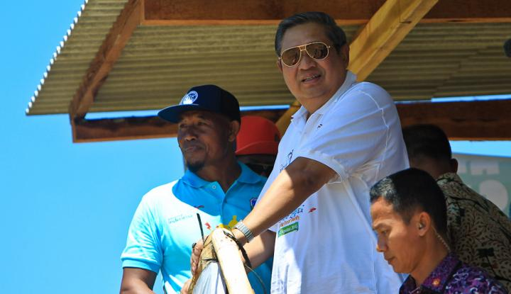 Foto Berita SBY Presents Trophies to Women Finalists on Hello Pacitan 2016