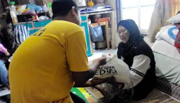 Foto Artha Graha Peduli Beri Bantuan Paket Sembako ke Warga Lansia