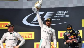 Foto Juara di Hungaria Lewis Hamilton Kudeta Nico Rosberg, Rio Haryanto Juru Kunci
