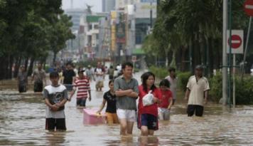 Foto Korban Banjir Manfaatkan Aplikasi Medsos Untuk Pantau Situasi