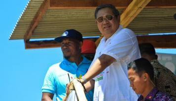 Foto SBY Presents Trophies to Women Finalists on Hello Pacitan 2016