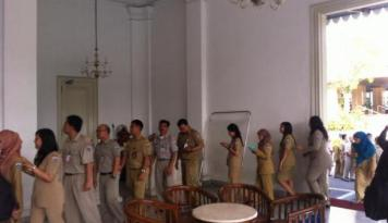 Foto Gaji PNS Garut Dibayarkan Lewat PAD