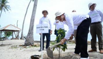 Foto Demi Menjaga Lingkungan, PJB Bersih-Bersih Pantai Pulau Tidung