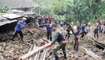 Foto Longsor di Magelang Tutup Akses Jalan Desa