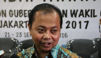 Foto KPU DKI Pegang Surat Kesediaan Cuti Ahok-Djarot