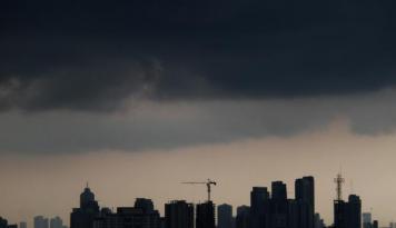 Foto Waspada, Jabodetabek diprediksi Hujan Siang Hingga Malam